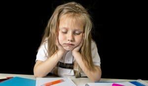 Enfant s'endort devant ses devoir