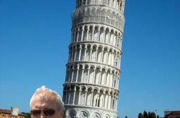 This image shows Clint Eastwood in front of the Leaning Tower of Pisa.