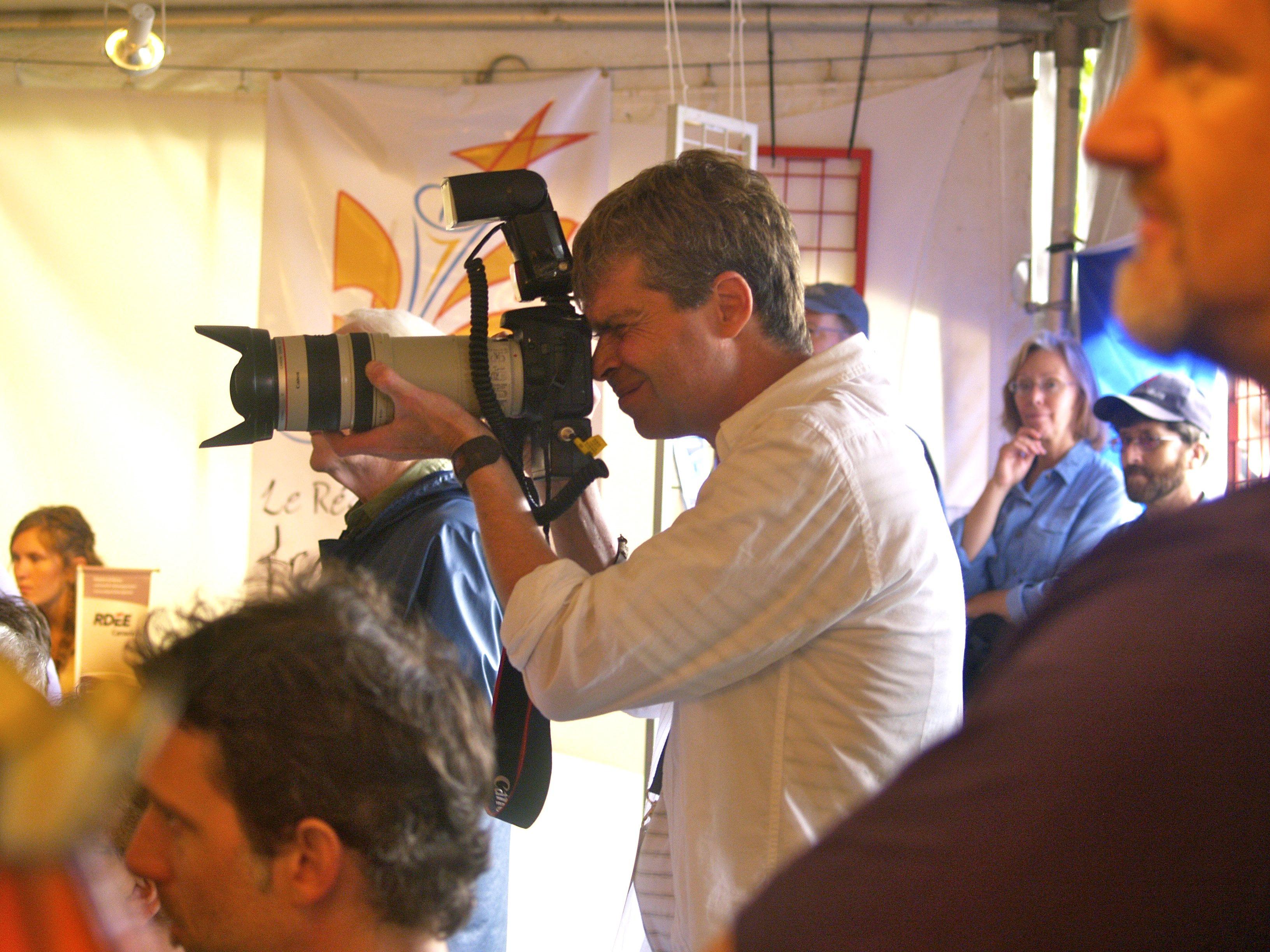 Jean-Christophe Lespagnol, photographe de St-Pierre et Miquelon, à l'oeuvre dans la tente du Réseau culturel francophone de Terre-Neuve-et-Labrador. Aoüt 2009. Photo : Jacinthe Tremblay