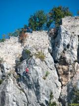 Penjači na stijeni ispod ruševnih zidina Starog Grada