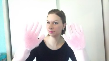 Silicone cleaning gloves - Mother's Day Gifts |neveralonemom.com