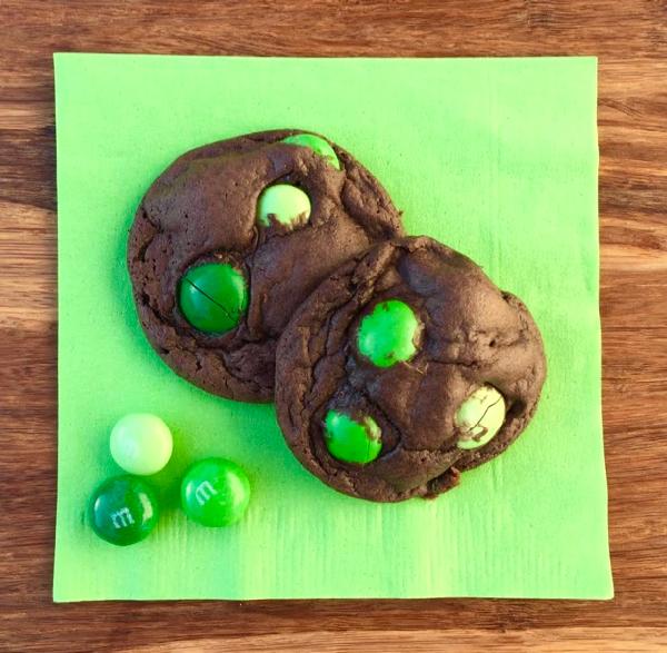 dark-chocolate-mint-mm-cookie-recipe-from-neverendingjourneys-com-1