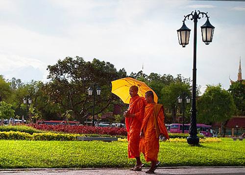 Monks on Phnom Penh street / photo: Edson Walker