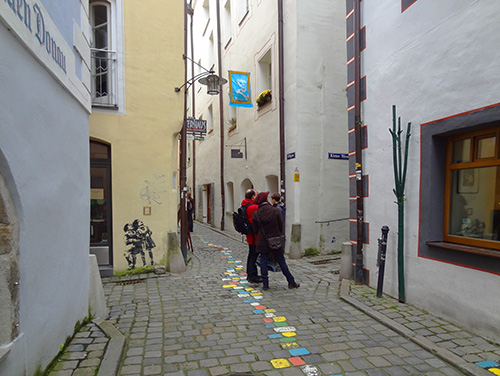 Shoppers on Höllgasse, the art district of Pasau