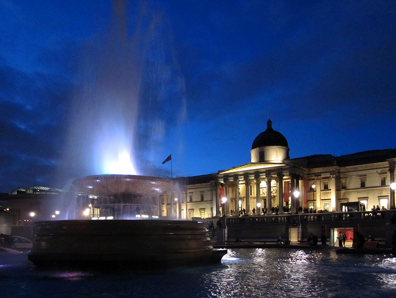 people visiting the National Gallery at night, one of teh best things to do in London