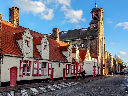 seeing colorful old buildings in the historic old center, one of the things to do in Bruges