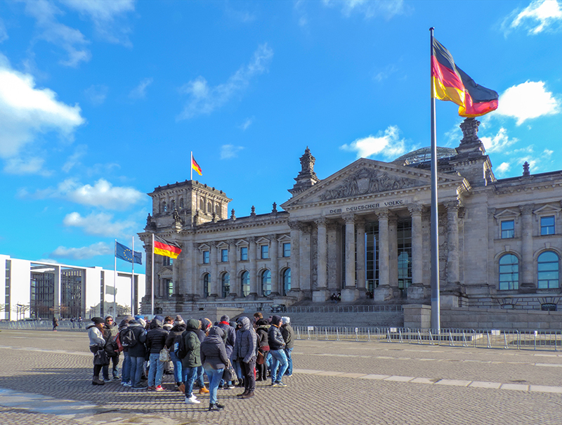 people in front of the Reichstag, one of the things to see in Berlin