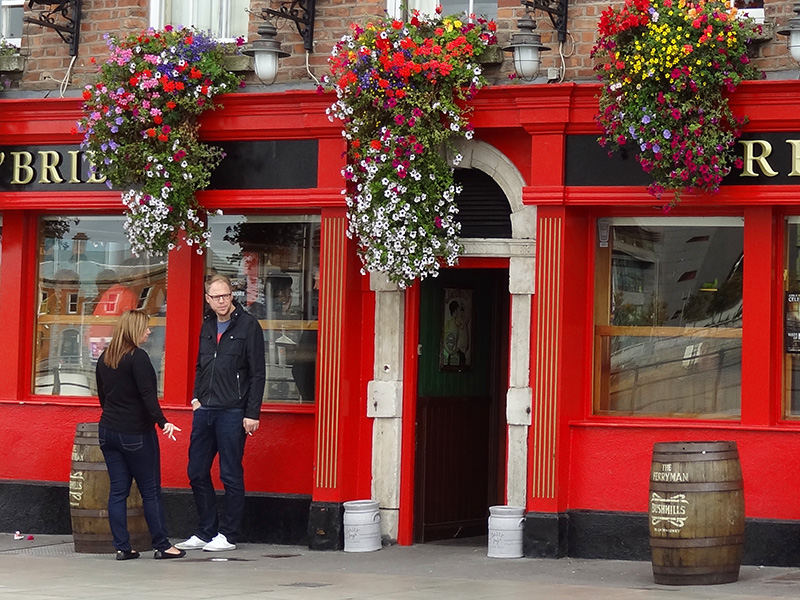 a couple visiting a pub, one of the popular things to do in Dublin