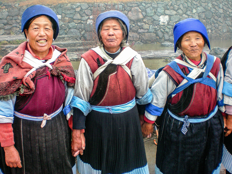 3 women in costume singing in Lijiang