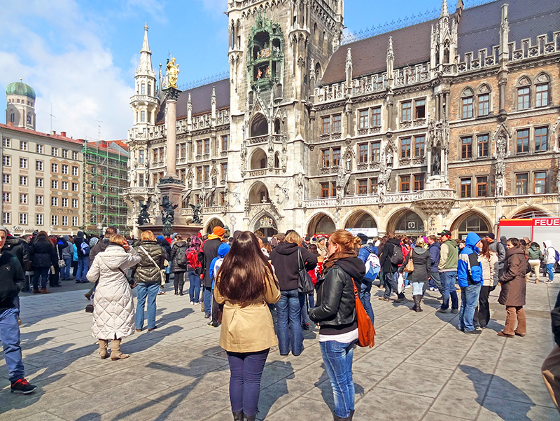people visiting the Marienplatz, one of the things to do in Munich