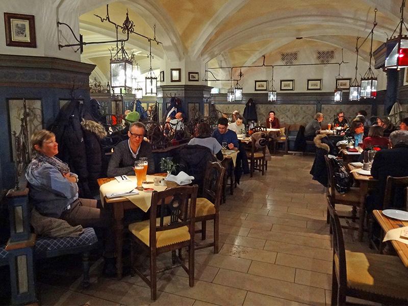 People having dinner in the Ratskeller