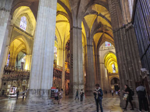 people tourisn the cathedral, one of the things to do in Seville