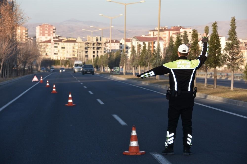 Yayalara yol vermeyen 19 sürücüye ceza yazıldı