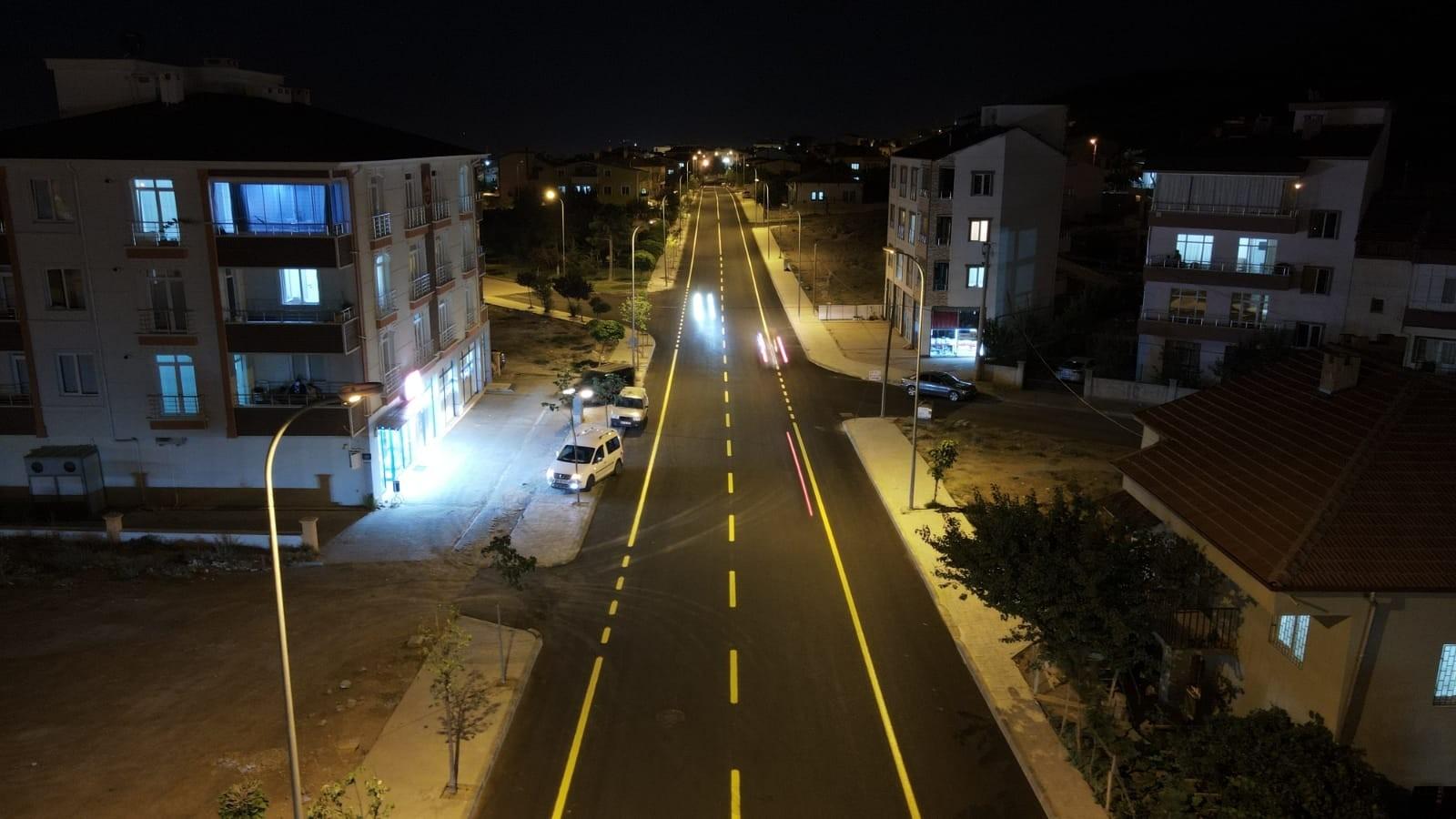 Sıcak asfalt serimi tamamlanan yollarda çizgi çalışması yapıldı