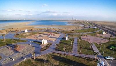 شاطئ السيف بجدة يجذب هواة الرياضات البحرية والعائلات