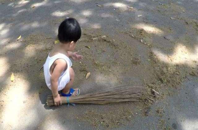 बच्चे का अचानक झाड़ू उठाना