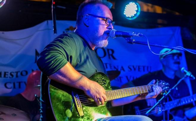 Za glavni vokal je poskrbel David Vezjak.