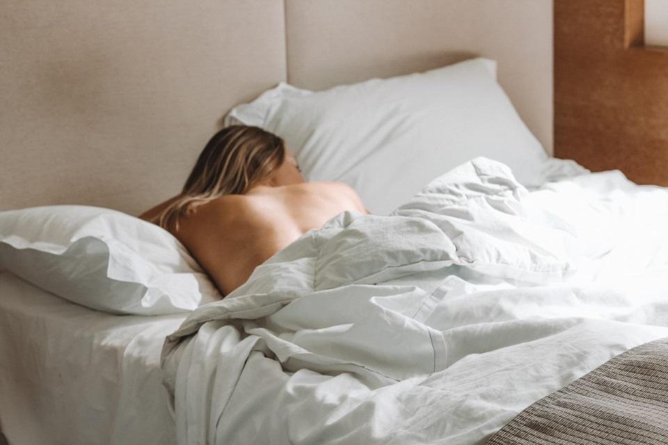 Spanje v postelji