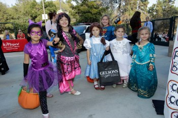 Costumed kids can enter a contest