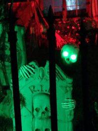 haunted-grounds-2016-skeleton-behind-gravestone