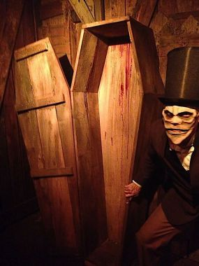 Los Angeles Haunted Hayride 2017 coffin with ghoul_1