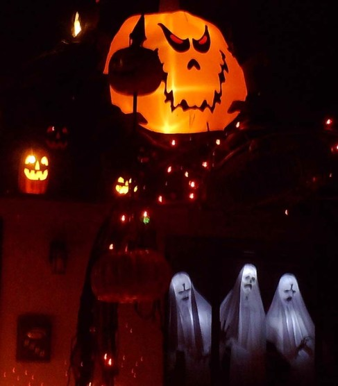 Spooky Saloma 2018 window ghosts and jack o'lantern