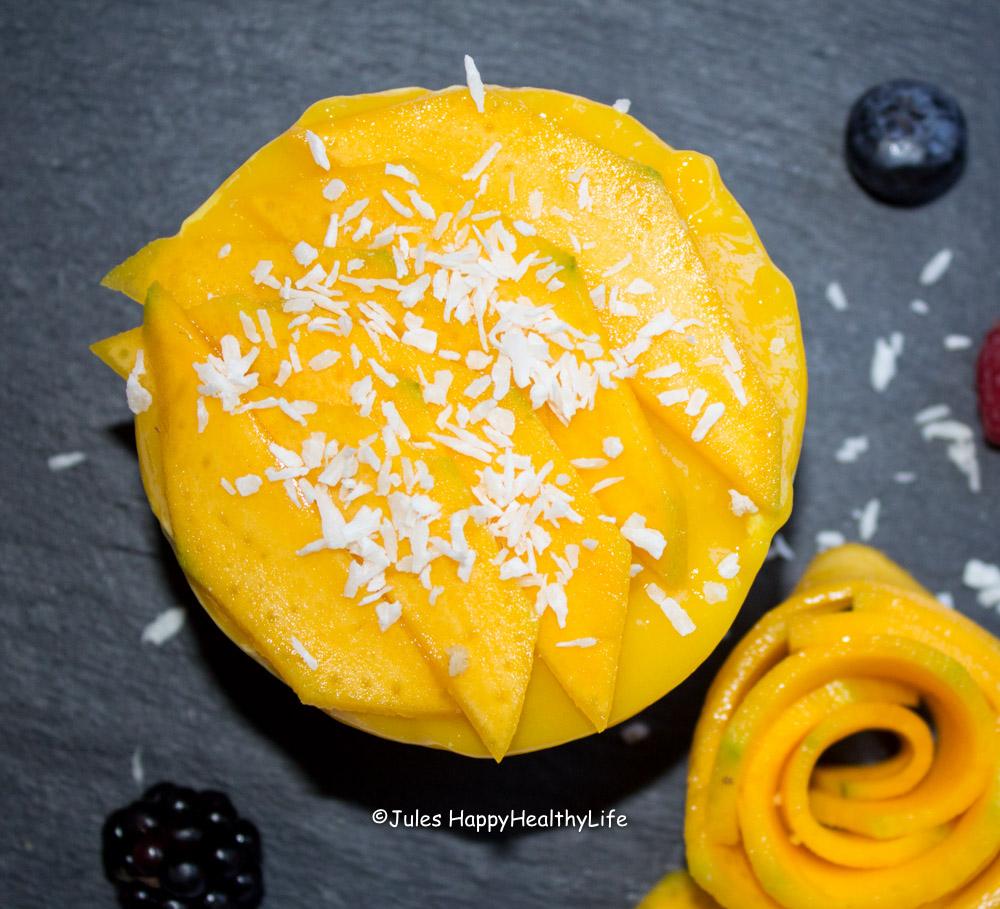 Solltet ihr keine wirklich reife Mango bekommen, lasst die Fruchtstücke oben weg und nehmt einfach nur gefrorene Mango.