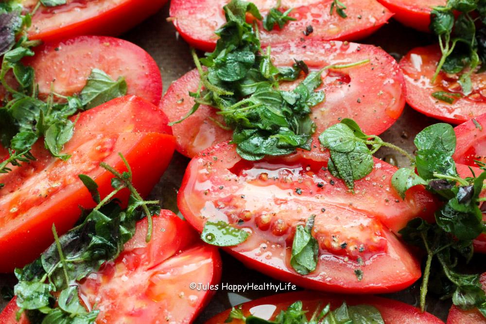Leckere vegane Tomatensuppe aus im Ofen gerösteten Tomaten
