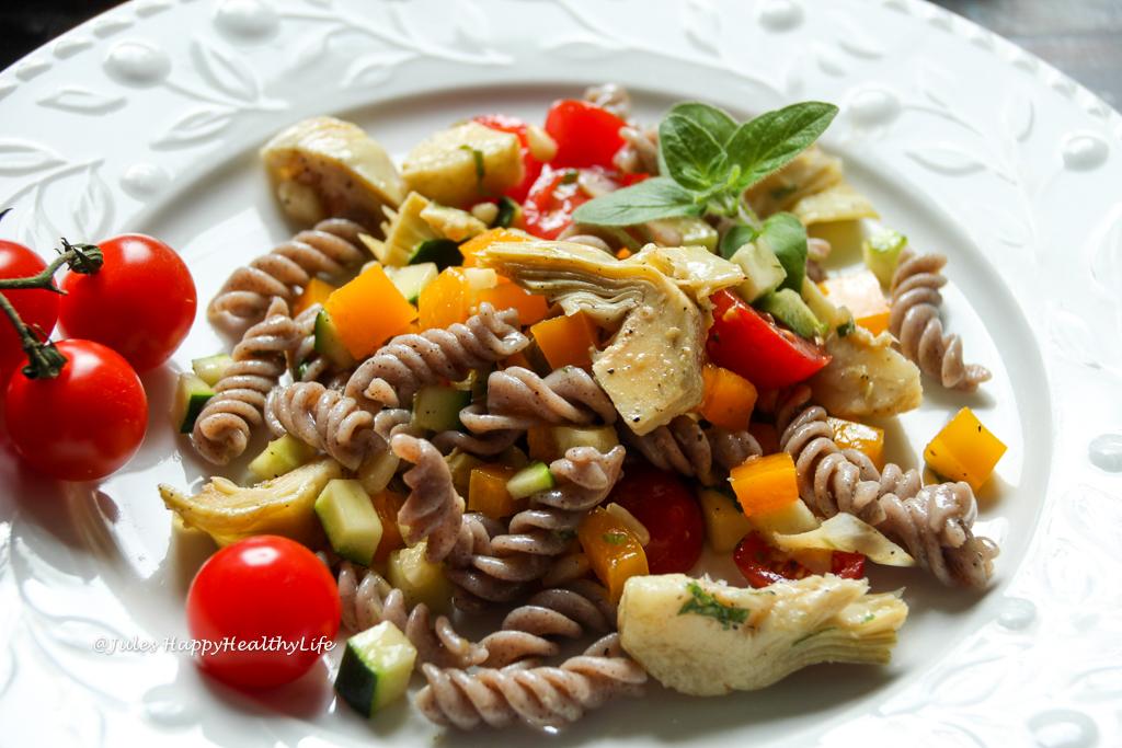 Schnelles Sommergericht für ein Picknick - veganer, glutenfreier Italienischer Pasta Salat mit Artischocken