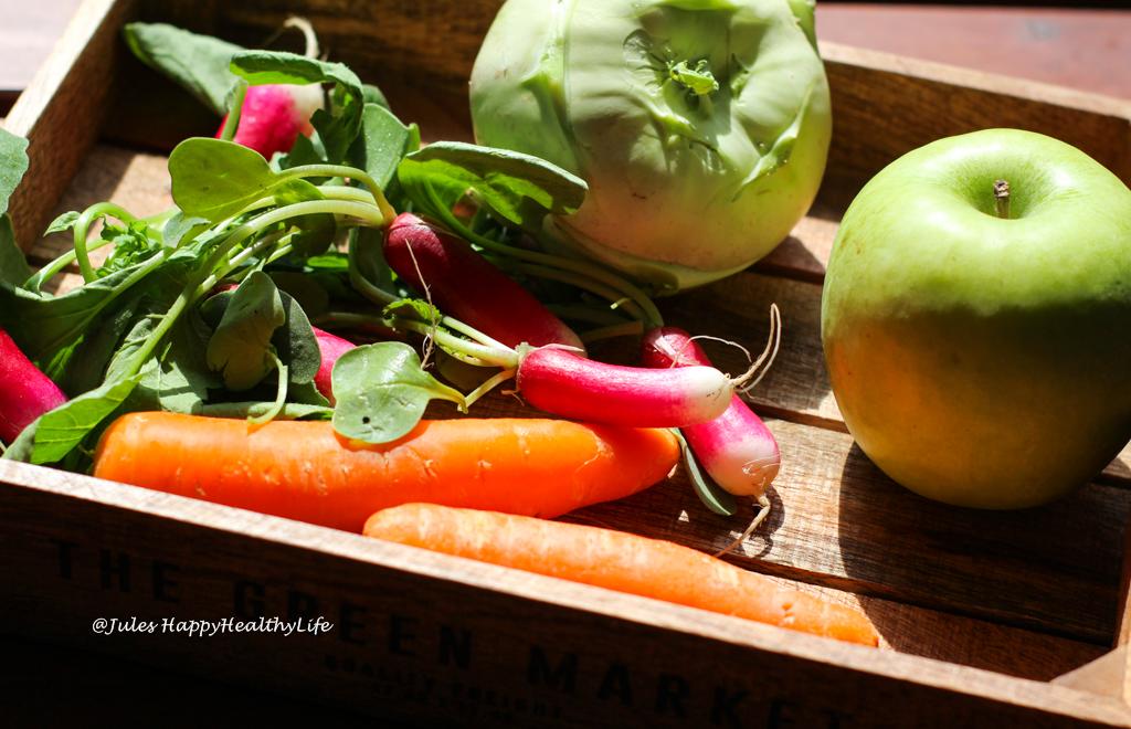 Frisches Gemüse wie Karotten, Radieschen und Kohlrabi für den veganen Kohlrabi Coleslaw