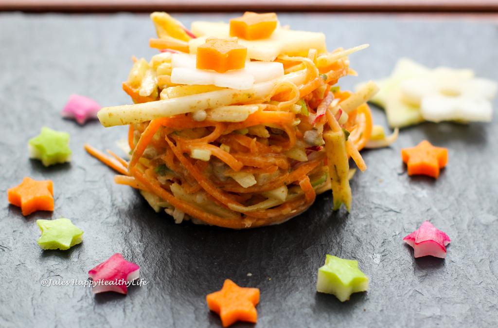 Einfaches Rezept für veganer Kohlrabi Coleslaw mit Radieschen, Karotten und Kohlrabi und Leinsamen Mayonnaise