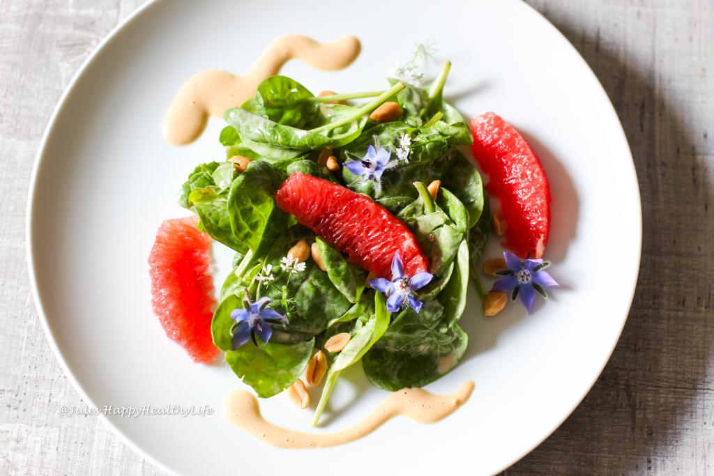 Schnelles Rezept für fruchtigen, frischen Spinat Salat mit Erdnuss Dressing