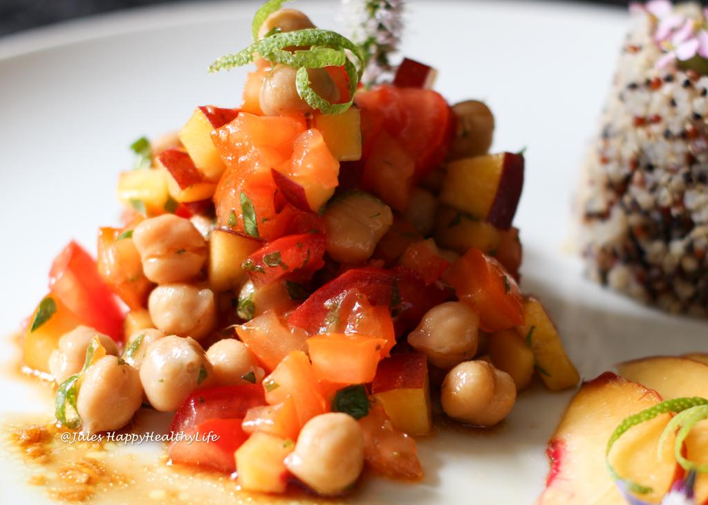 Der vegane Kichererbsen Pfirsich Salat mit Ingwer Dressing kann wunderbar vorbereitet werden