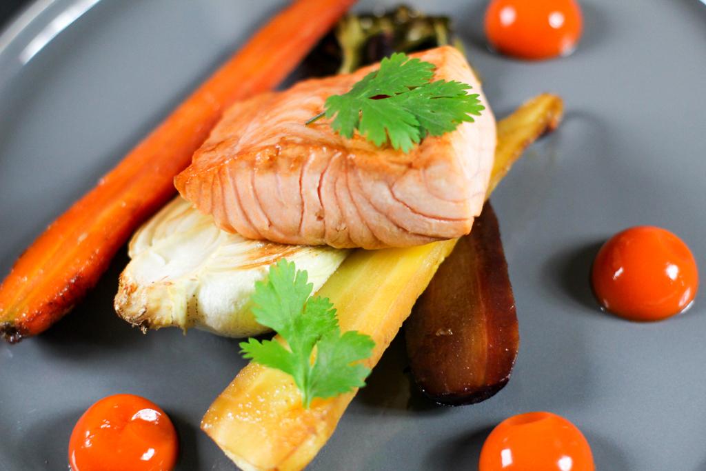Rezept für glasierten Lachs mit geröstetem Oak Choy und Karotten und Karotten Ingwer Gel