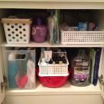 洗面化粧台の下は棚を設けて収納