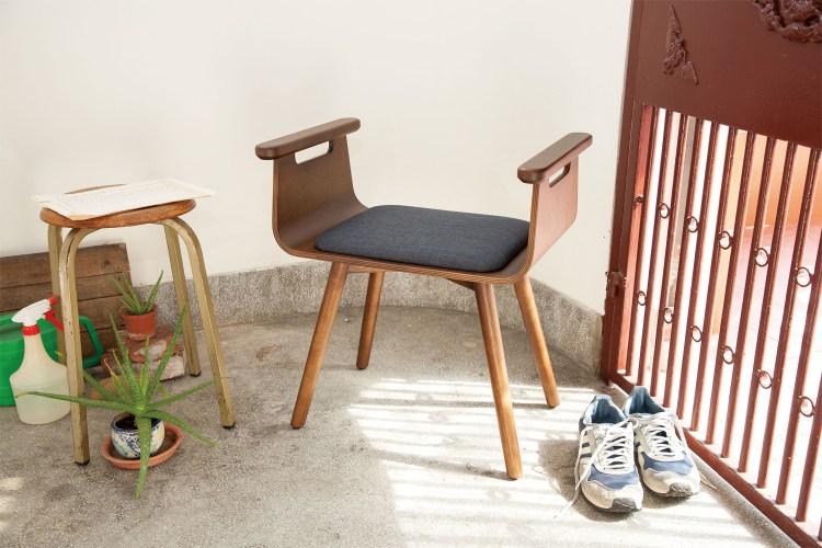 一張放置於玄關,協助穿脫鞋和起身的椅子