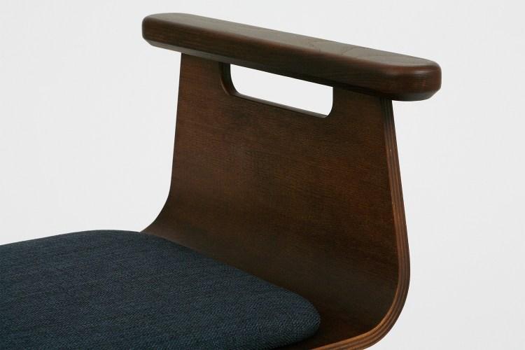 椅子扶手能協助輕易起身,不滑手。