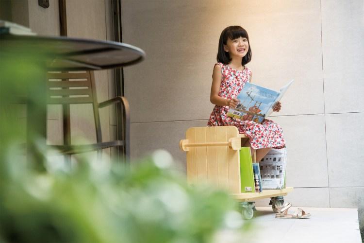 大人或小孩可以倚坐,可承重100公斤,讓翻閱書籍的過程更加舒適愜意。