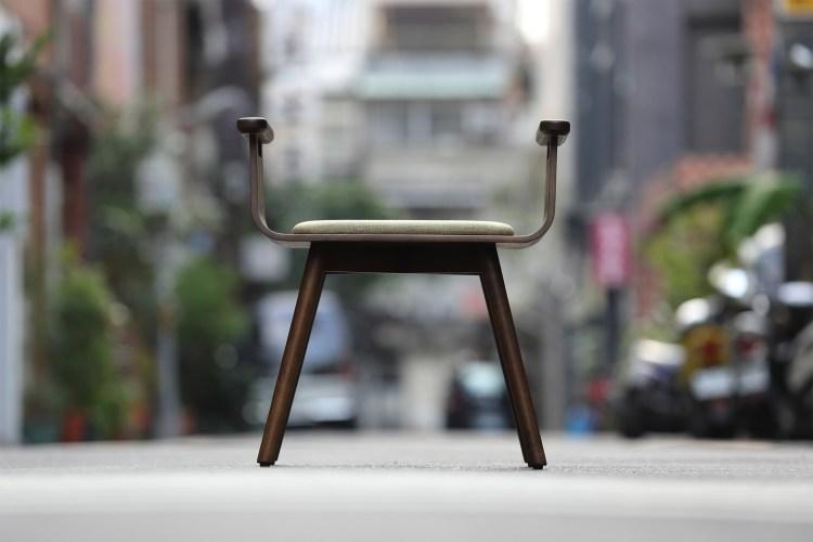 能自由地從前後左右上座的對稱設計。  【木材】深咖啡×【坐墊】灰褐