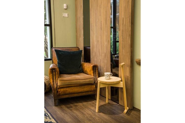 設計再進化之後,Kino Stick的功能更為多元,也可以放在沙發旁作為小茶几。