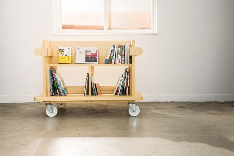 可以放置120本書,大人或小孩甚至可以稍微倚坐在「Kino Schola」上,可承重100公斤,讓翻閱書籍的過程更加舒適愜意。