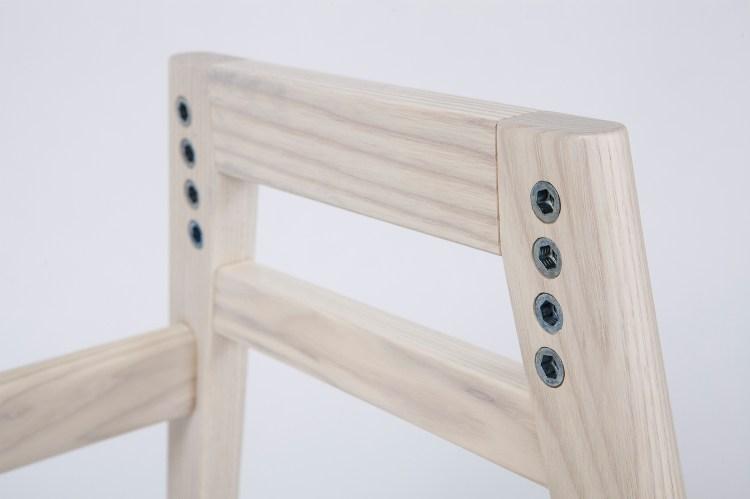 可依使用者的體格四階段調整座面高度。藉由將椅子的座面高度調整到雙腳能夠踩到地面,讓坐姿能夠達到適合用餐的前傾姿勢。