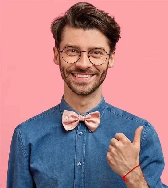 Homem branco fundo rosa
