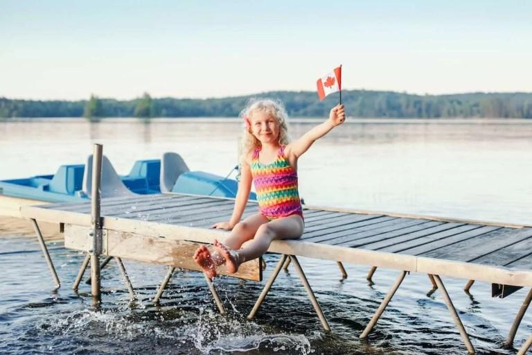 garota canadense com bandeira