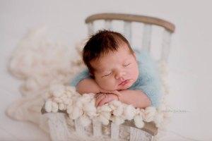 Nicoleta Raftu maternity and new born photographer for workshops by Carmen Bergmann Studio new born in blue outfits sleeps