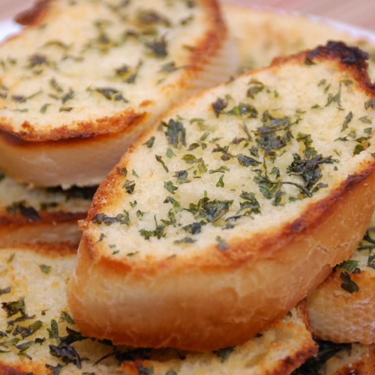 Khabbaz El Samun bel Toum (خبز السمون بالثوم)