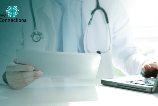Médico com tablet e computador