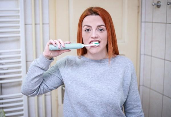 Mitos e verdades sobre clareamento dental caseiro