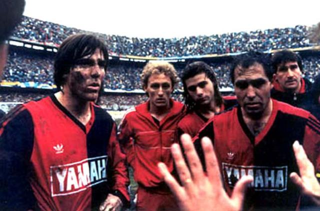 Bielsa directs the Newell's team before the penalty shootout with Boca in 1991.