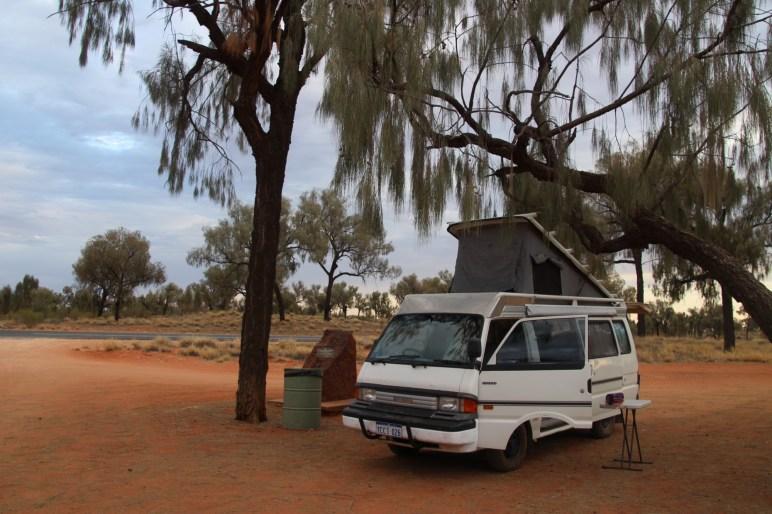 Stop pour la nuit sur la Lasseter Hwy en Australie